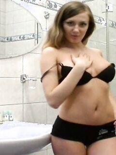 Мастурбирует в ванной комнате