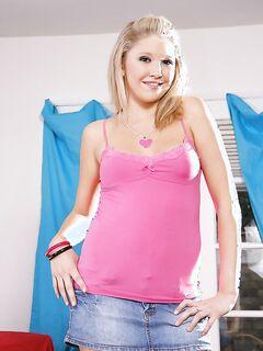 Привлекательная симпотичная блондинка полностью голая