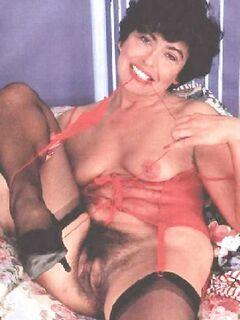 Женщины с широко расставленными ножками и оголенной грудью
