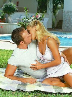 Неординарный секс возле бассейна