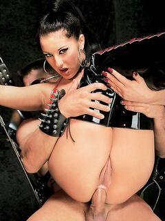 Плетка заставила выполнил девушку все равзарные желания голодных парней