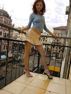 Раздевается не у себя в комнате, а на балконе