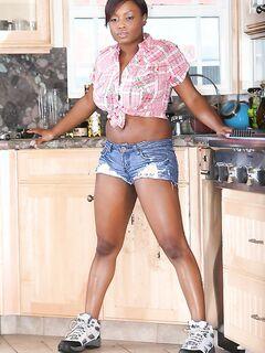Пухленькая нигретоска властвует на кухне