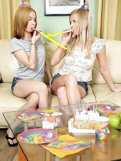 Подарок на День рождения: дневной абонимент на киску и анальчик девушек