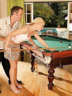 Научил играть блондинку в бильярд