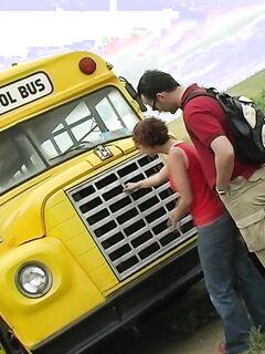 Поимел малютку прямо возле  автобуса