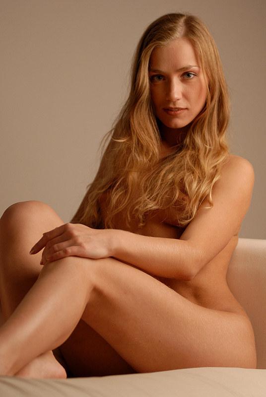 Привлекательная неопытная блондиночка