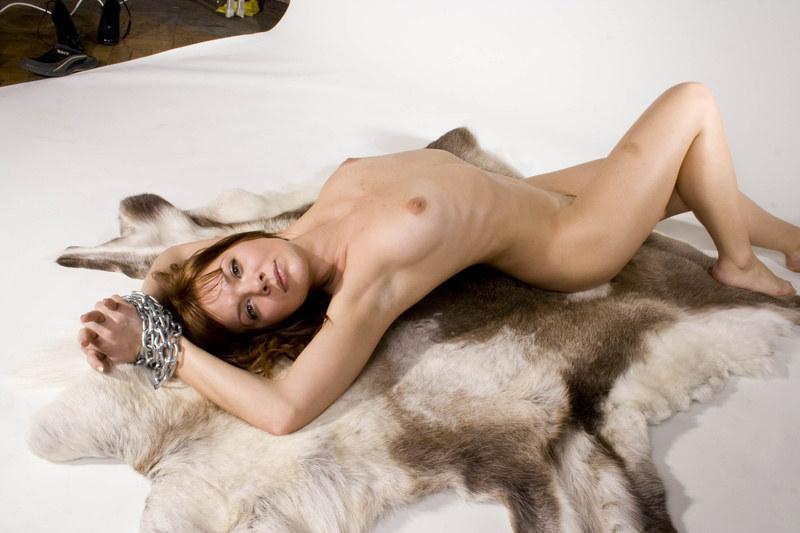 Красивая дрянь соблазняет грудью