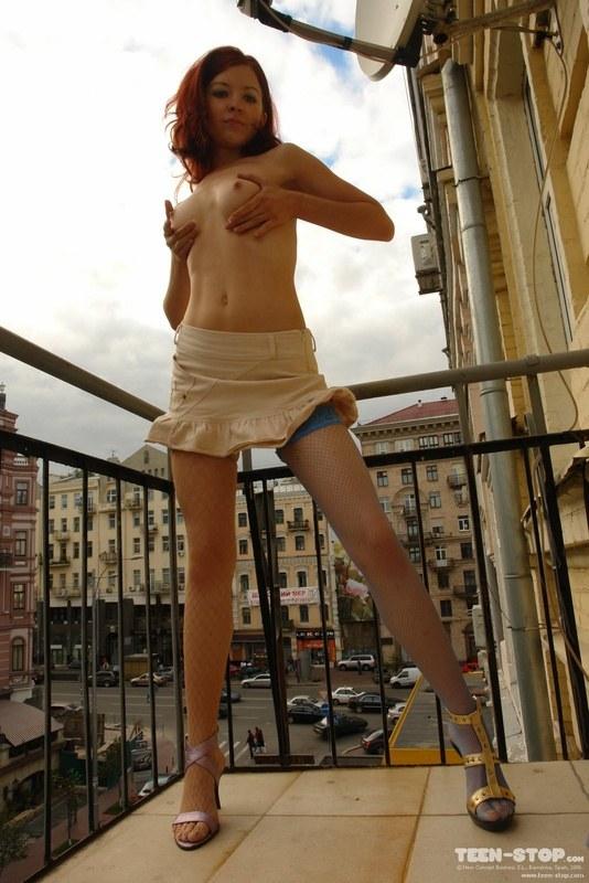 Стриптиз на балконе в центре города