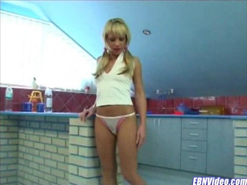 Блондиночка потирает свою киску
