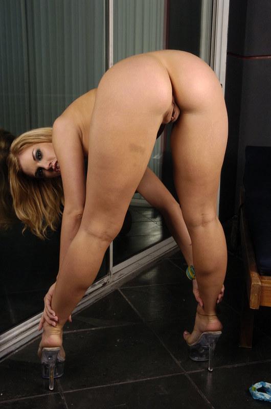 Сочная попка у привлекательной блондиночки