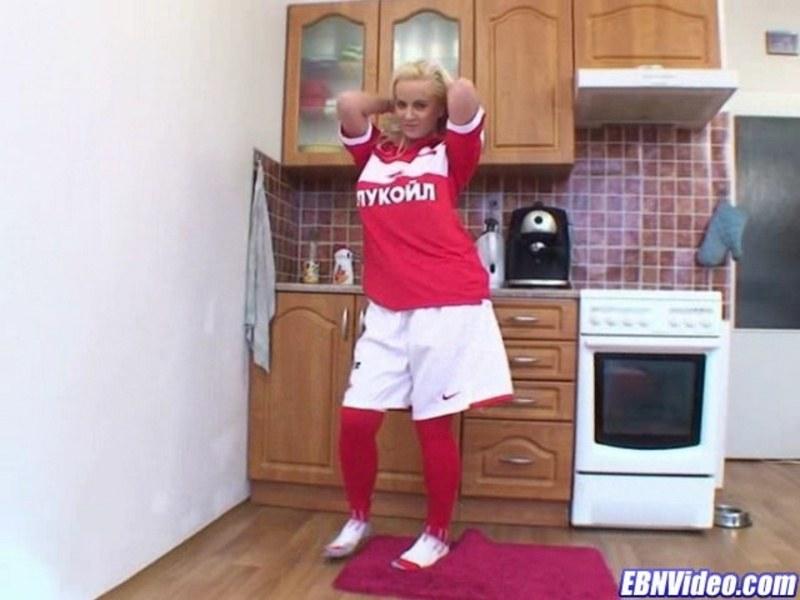 Спортивная сиськастая блонд отжигает у себя на кухне