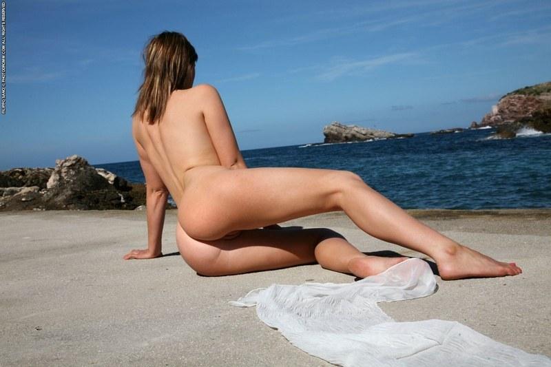Голая сучка на берегу синего моря