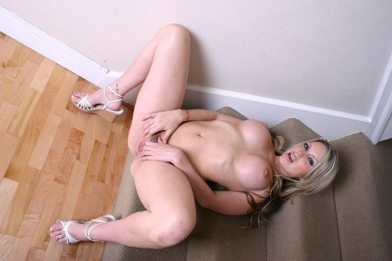 Обнаженная блондинка с пирсингом на стеснительных губках