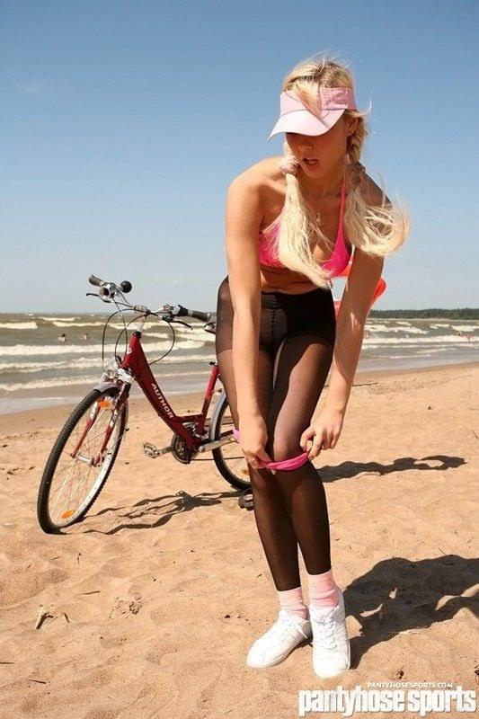 Полная грудь - основное достоинство блондинки