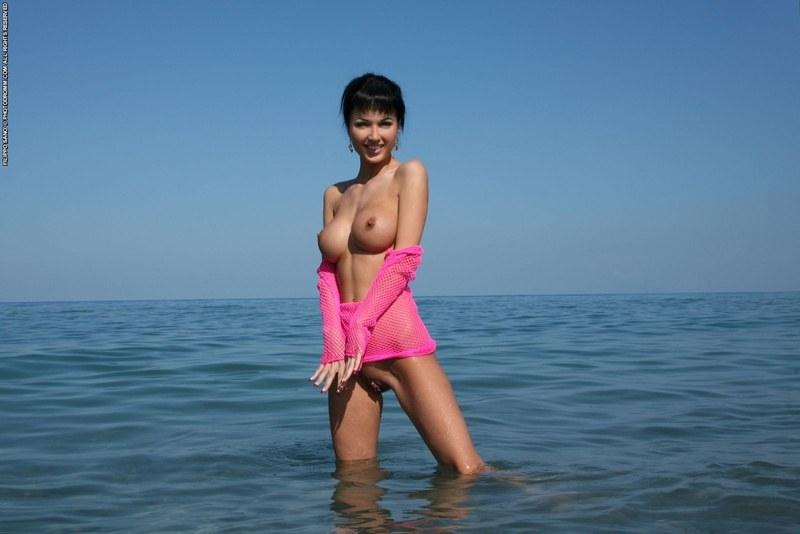 Гарячее тело в прохладной воде