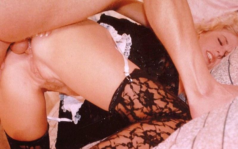 Пока киска сгорает желанием, мужлан прет проститутку в анальчик