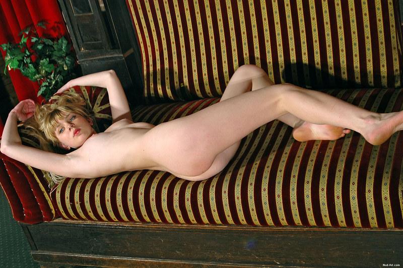Голая сучка на своем диване