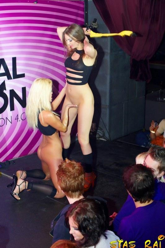 Сексуальный танец перед огромной публикой