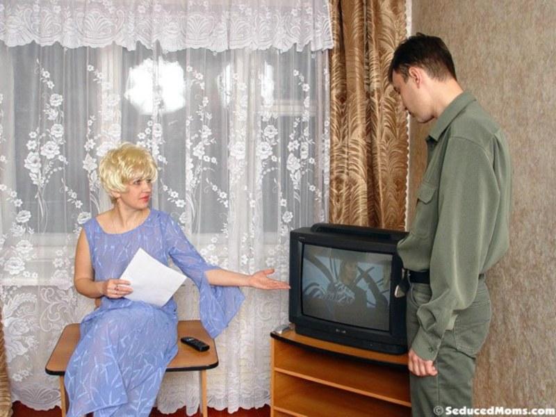Вместо того, чтобы заняться телевизором, занялся анальком блондинки