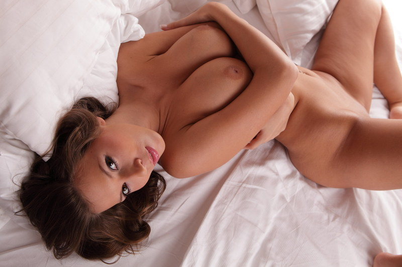 Сучку никто не подгонял, поэтому она раздевалсь медленно и очень эротично
