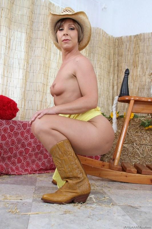 Укротительница мустангов с огромной киской
