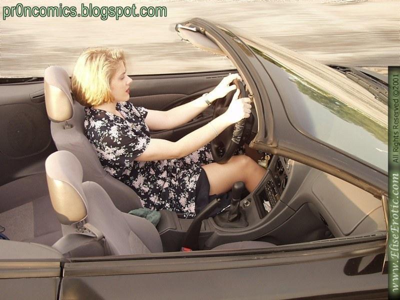 Потирает киску прямо в машине