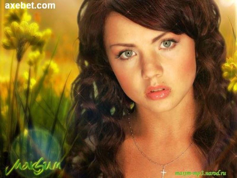 Глаза глубокого зеленого цвета - это украшение овального личика