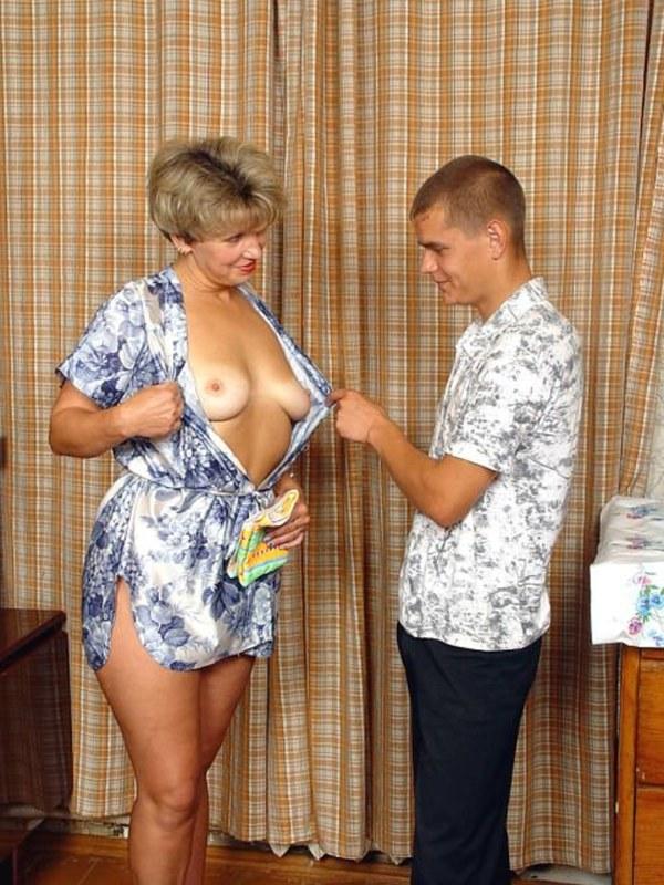 Во время уборки возбудила своего муженька