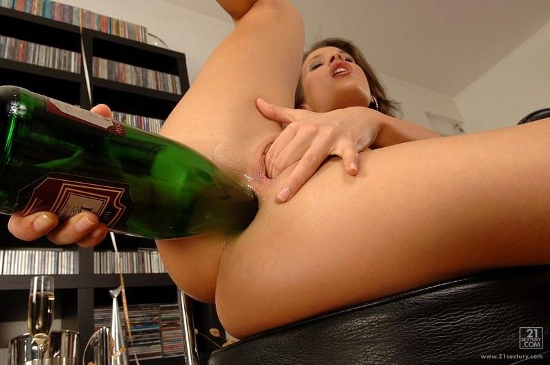 От бутылки больше удовольствия, нежели от мужского члена