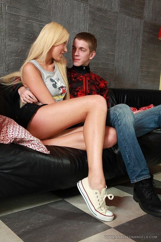 Спустил блондинке на попу, когда та стояла раком