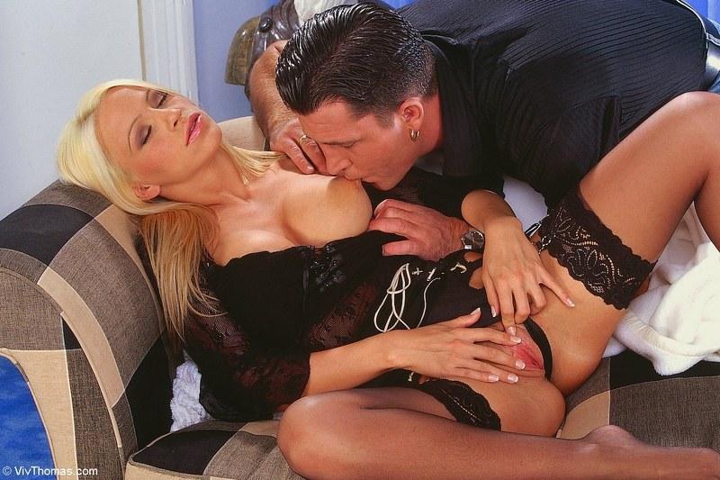 Блондинку разбудил анальный секс