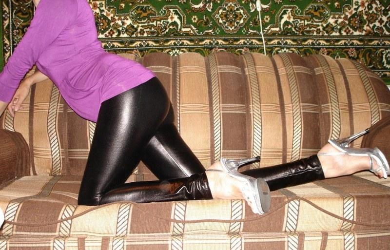 Облегающие ножки лосины еще более сексуальны на фоне обнаженной груди