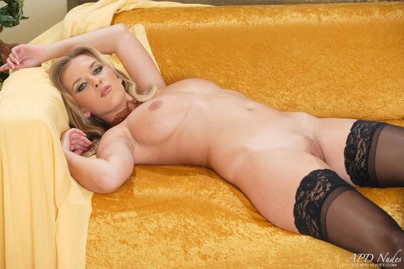 Очаровательная блондиночка и ее полная грудь