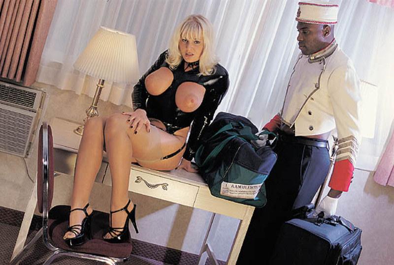 Блондинка не справилась с огромным черным членом