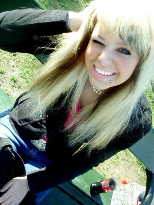 Голенькая блонд лучше остальных одетых девушек