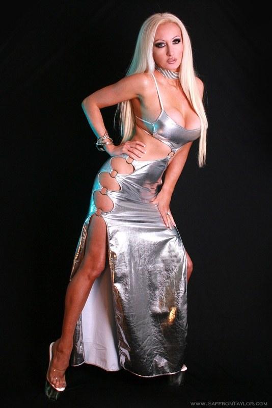 Серебристое платье прикрывает все, но только не прелести и интимные места