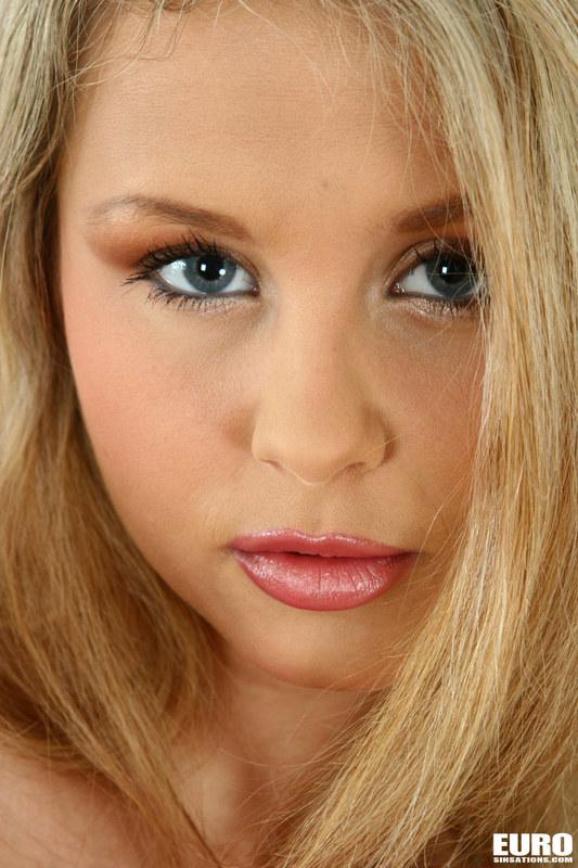 Очаровательная блондиночка самостоятельно доводит себя до изнеможения