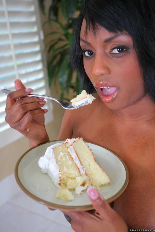 От тортика не может оторваться даже во время эротической фотосесси