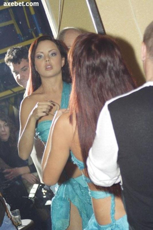 Облегающие шмотки подчеркивают ее фигурку
