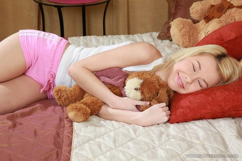 Пытался отодрать свою девушку, пока ее подружка мирно спала
