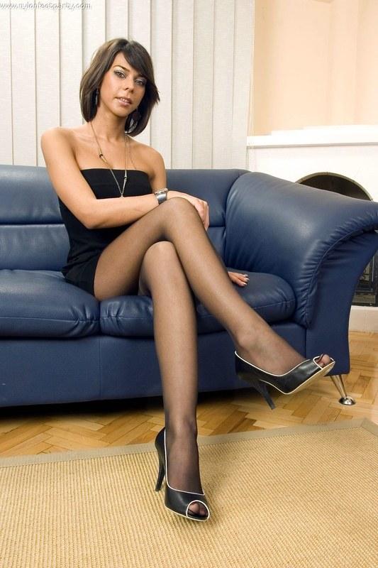 С помощью колготок подчеркивают сексуальность длинных ног