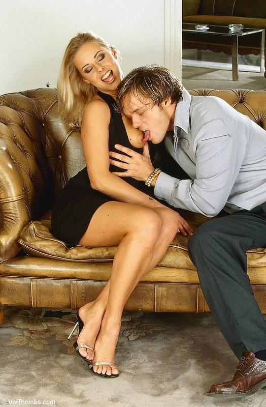 Классический трах с блондинкой на диване