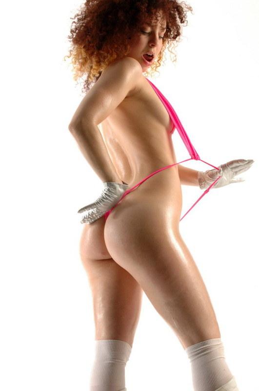 Сочная поопка в розовых стрингах