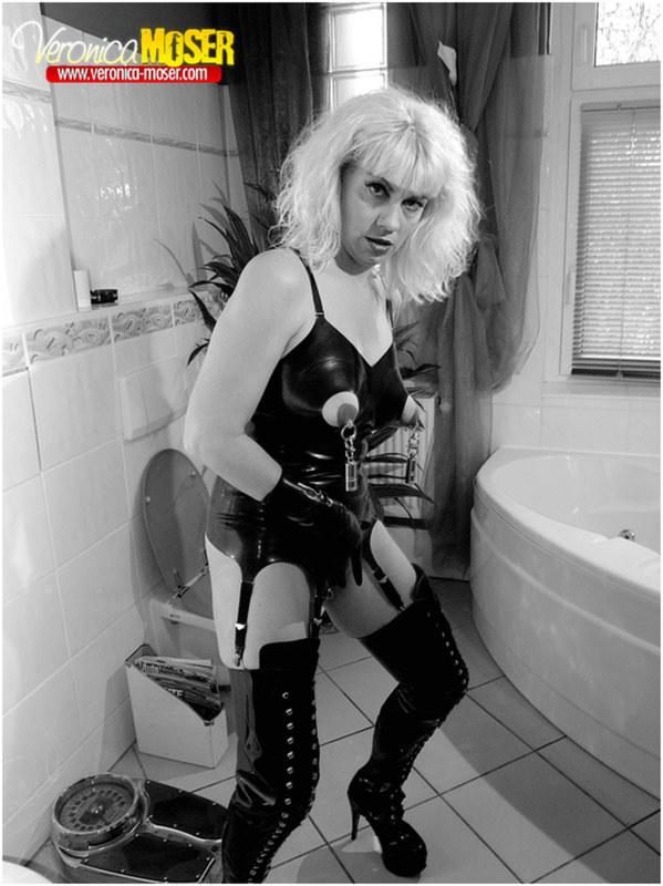 Блондинка с пирсингом на интимных местах
