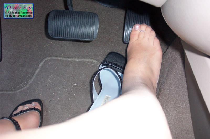 Показывают ножки, но не личико