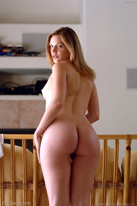 Привлекательная беременная блондинка