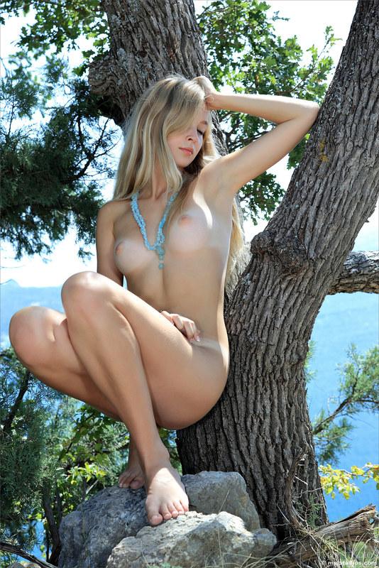 Для блондиночки дерево, как шест