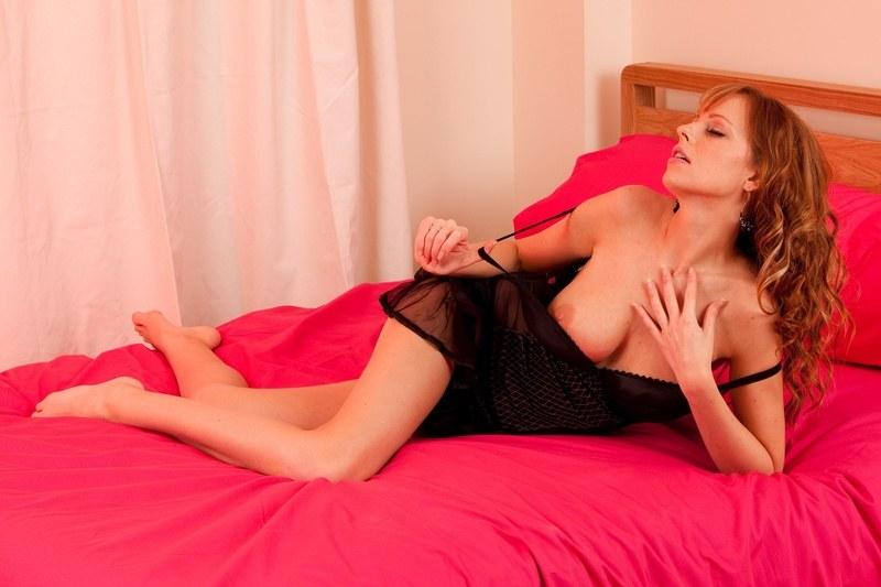 В своей розовой постели, будучи полностью голенькой, ждет только тебя!