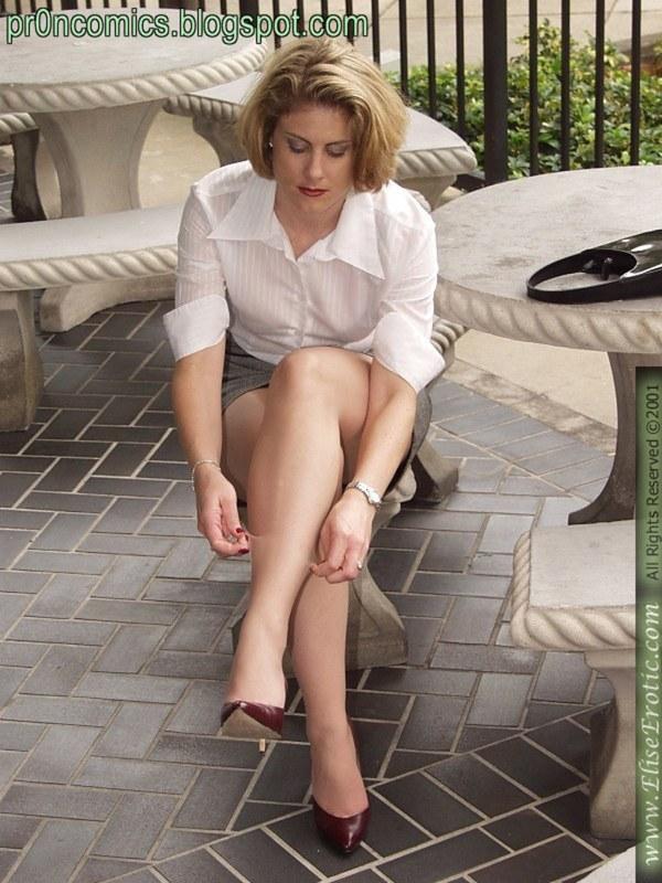 Расставляет ножки на лавочке, где по вечерам сидят бабульки
